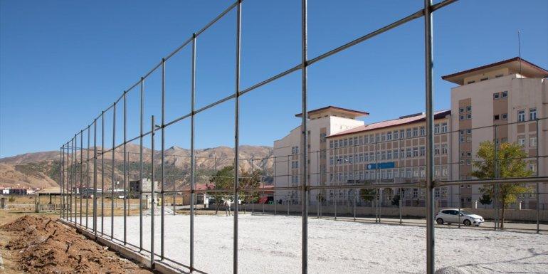 Bitlis Belediyesi 13 mahallede semt sahası kuruyor