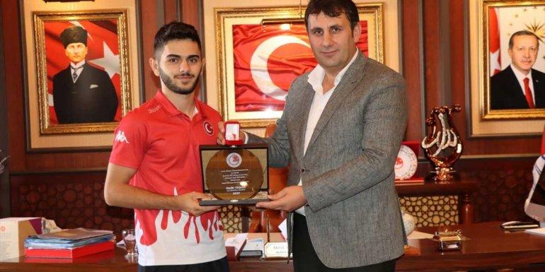 Dünya 3'üncüsü olan Erzurumlu işitme engelli güreşçi altınla ödüllendirildi