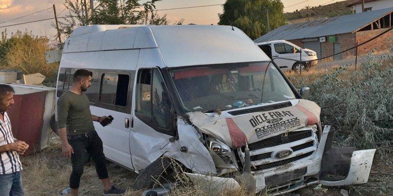 Elazığ'da minibüsle otomobilin çarpışması sonucu iki kişi yaralandı