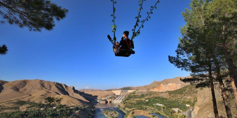 Elazığ'da Fırat Nehri ve Keban Barajı manzaralı salıncak ilgi odağı oldu