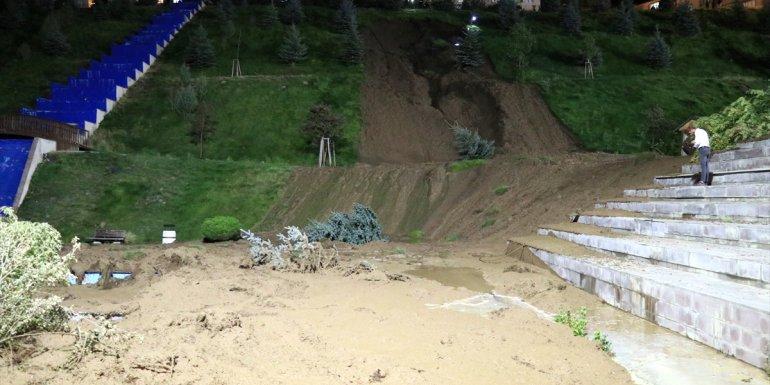 Erzurum'da patlayan hattan akan su nedeniyle toprak kayması oldu