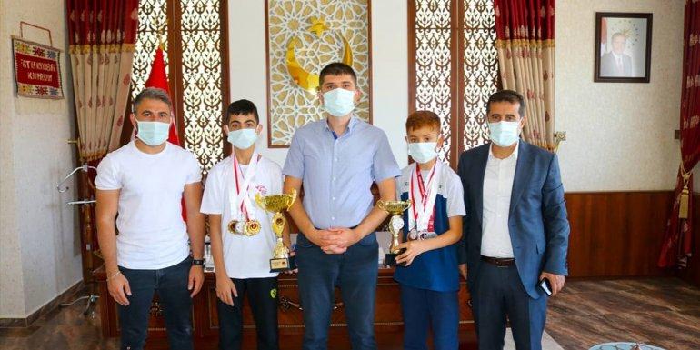 Gürpınar Kaymakamı Fatih Kayabaşı, Vanlı şampiyonları ağırladı