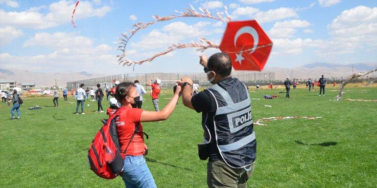 Hakkari'deki şenlikte polisler öğrencilerle uçurtma uçurdu
