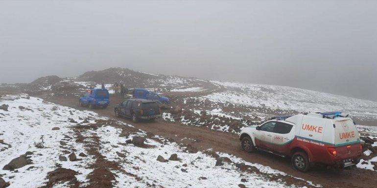 Kars'ta donmak üzere olan 2 çobanın imdadına yardım ekipleri yetişti