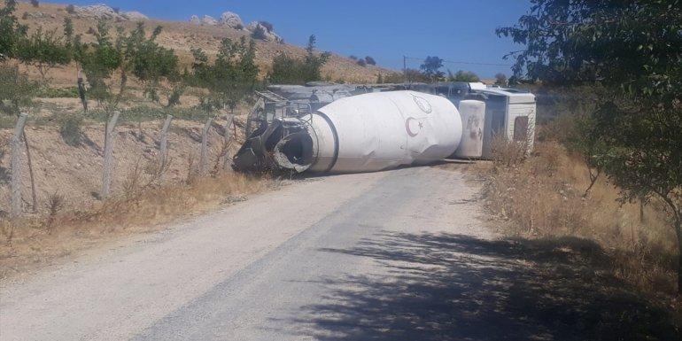 Keban'da beton mikseri devrildi