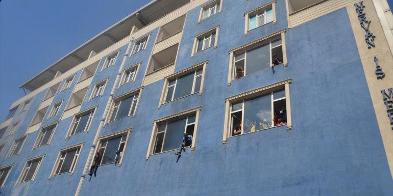 Muş'ta 6 katlı binada çıkan yangında mahsur kalanlar itfaiye ekiplerince kurtarıldı