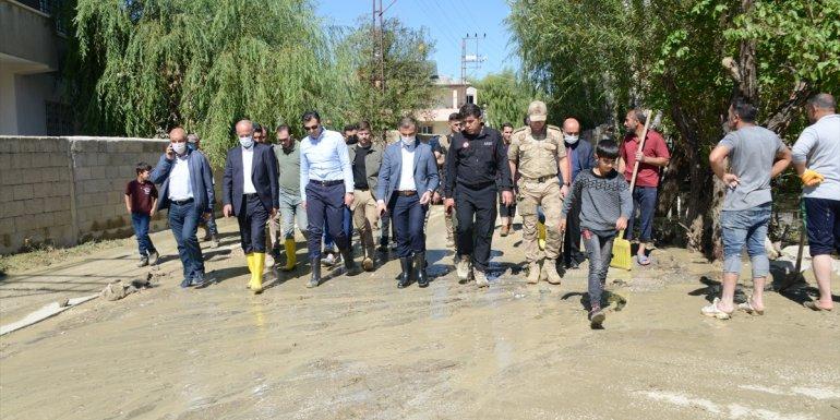 Van'ın Tuşba Belediye Başkanı Akman, taşkın bölgesini inceledi