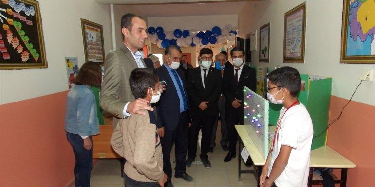 Adilcevaz Kaymakamı Demir, köy okulundaki bilim fuarının açılışına katıldı1
