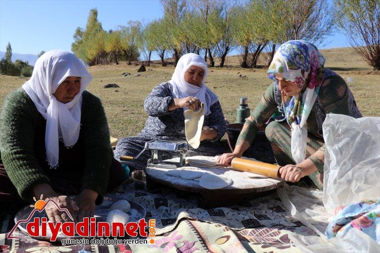 güneşte erişteleri kurutup kışa kadınlar Ağrılı kavurdukları ateşte hazırlıyor 3