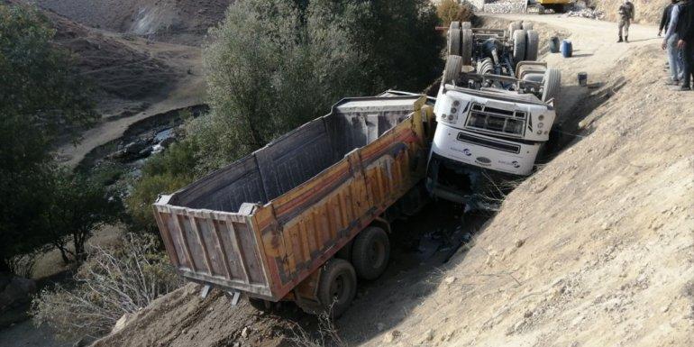 Başkale'de devrilen iş makinesinin sürücüsü yaralandı
