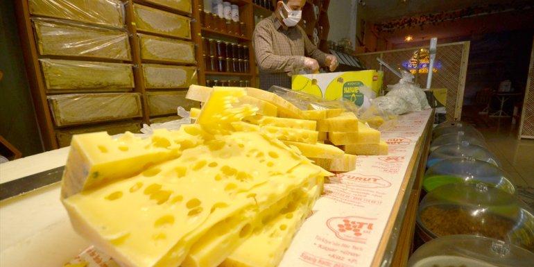 Kars'ta sezonun ilk gravyer peyniri tezgahlarda yerini aldı1