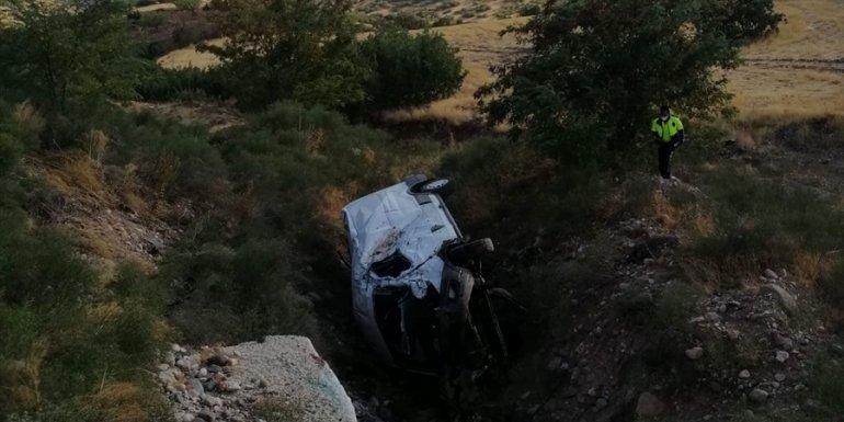 MALATYA - Trafik kazasında kolu kopan sürücüsü, yola inen helikopter ambulansla hastaneye götürüldü1