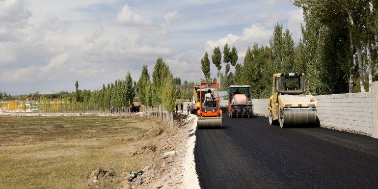 Van Büyükşehir Belediyesinin yol çalışmaları sürüyor